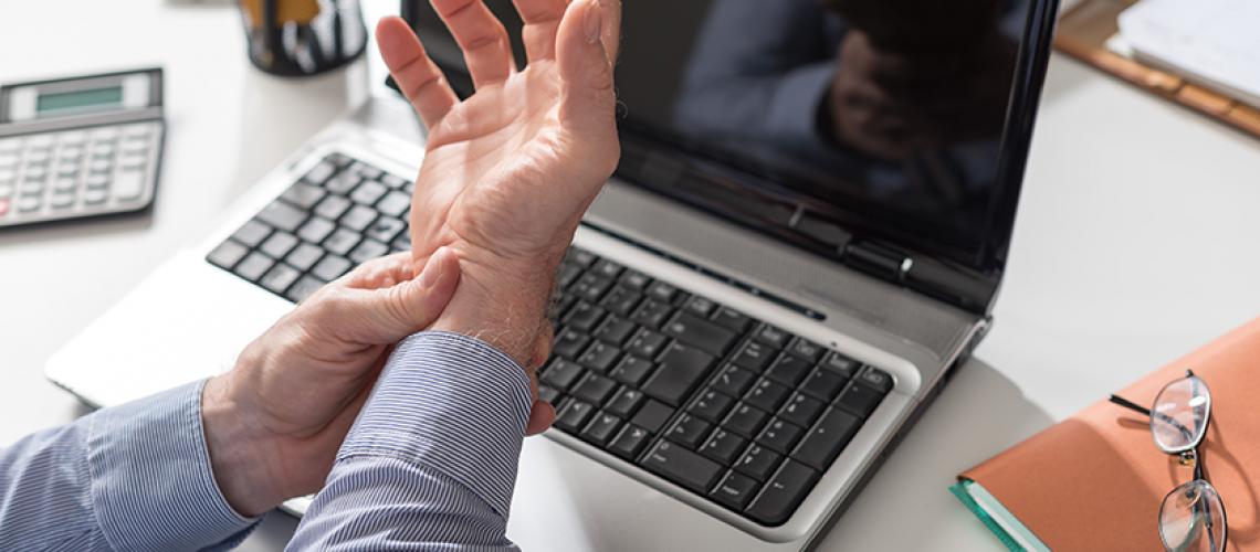 dolore alla mano causato dalla sindrome del tunnel carpale